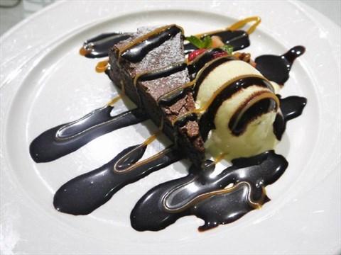 核桃布朗尼 Brownie with Vanilla Ice Cream - 苓雅區的義式屋 古拉爵)